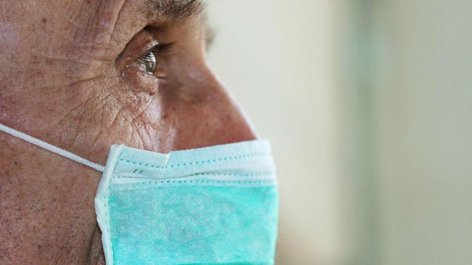 Älterer Mann mit Schutzmaske