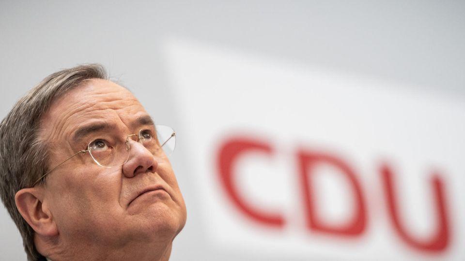 Parteichef Armin Laschet sorgt besorgt nach oben - mit CDU-Logo im Hintergrund