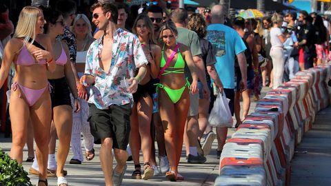 In Florida tummeln sich tausende Studierende am Strand und feiern ohne Maske