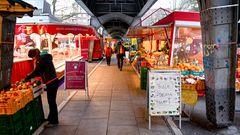 Dienstags und freitags: Hamburgs Isemarkt bietet nicht nur einen Bummel, sondern ein Erlebnis. Europas längster Wochenmarkt unter der U-Bahnbrücke und ist auch bei Wind und Wetter zu genießen.