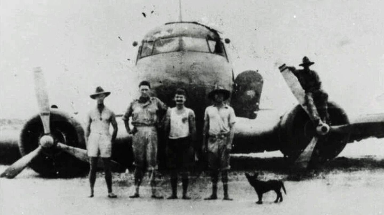 Die Überlebenden ließen sich später vor dem Wrack fotografieren