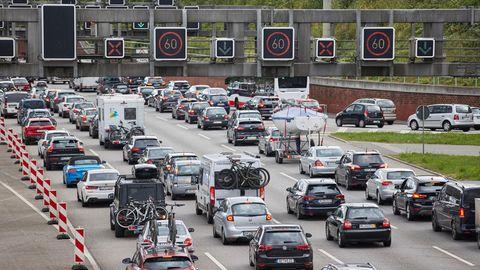 Der Verkehr Richtung Süden staut sich vor dem Elbtunnel auf der Autobahn 7