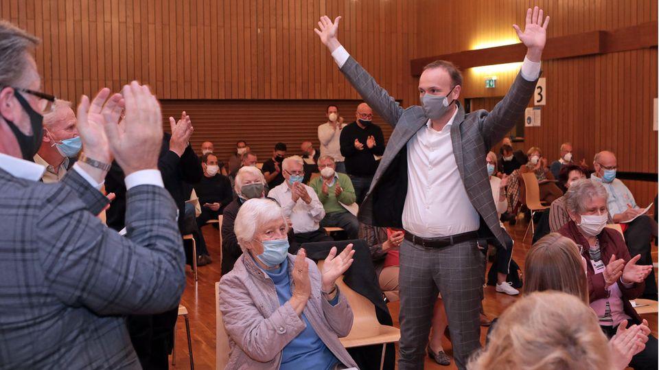 """Letzter Triumph: Nach seiner Kür zum CDU-Direktkandidaten für die Bundestagswahl 2021 im vergangenen Oktober ließ sich Nikolas Löbel von Anhängern in Mannheim feiern. Im Anschluss an die Wahl gingen Löbel-Fans den anwesenden Reporter des """"Mannheimer Morgen"""", Stefan Proetel, hart an."""