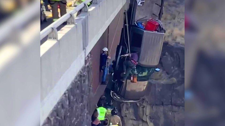 30 Meter über Schlucht: Paar und ihre Haustiere hängen in Auto von Brücke