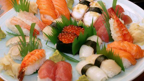 Ein Teller mit Sushi