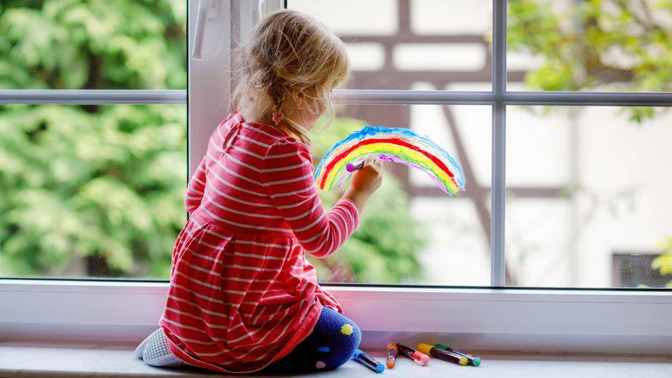 Kinder haben viel Freude an Kreidestiften. Gleiches gilt für Eltern, denn die Marker lassen sich einfach wieder abwischen.