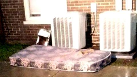 Matratze als Retter: Die Feuerwehr von Chicago veröffentlichte diese Fotos des Einsatzortes