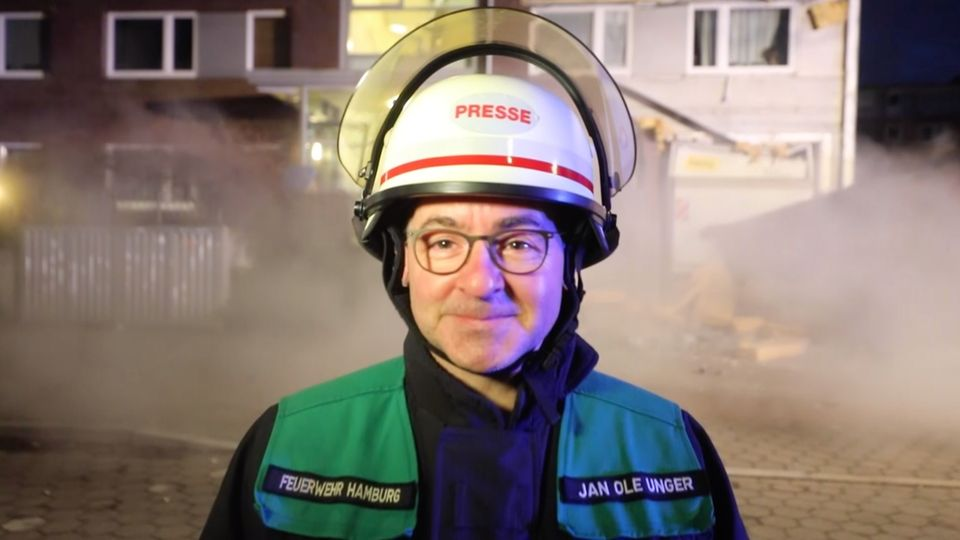Jan Ole Unger, Sprecher der Feuerwehr Hamburg, kommentiert einen Fassadeneinsturz hanseatisch trocken.