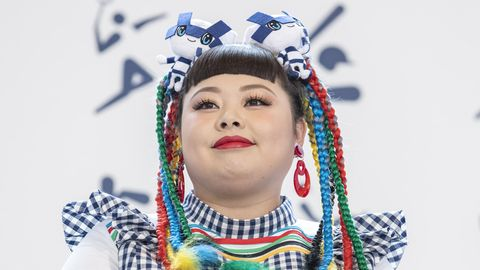 Die Künstlerin Naomi Watanabe mit bunten Zöpfen bei einem Event