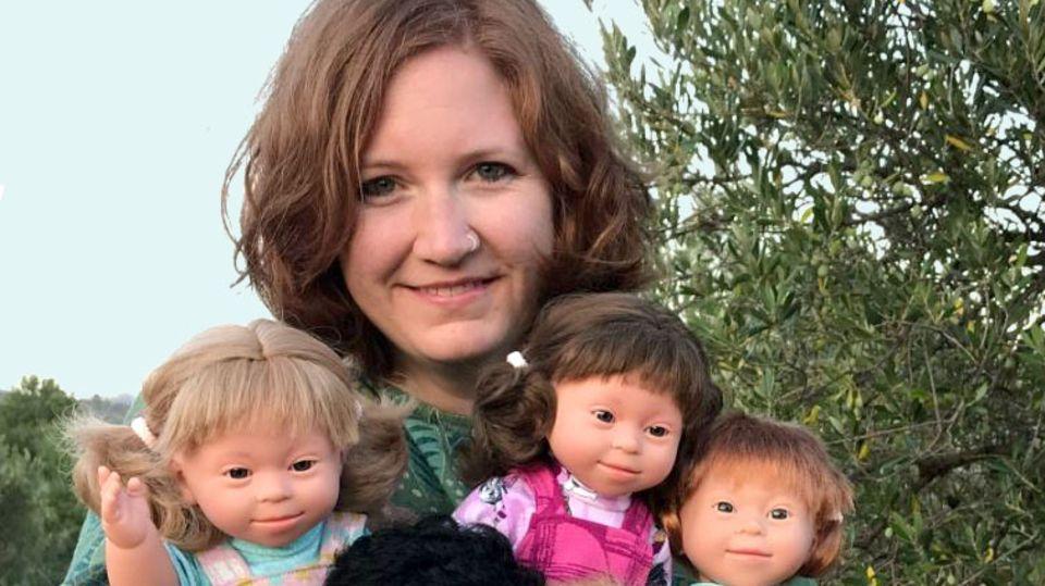 Victoria Sömer mit ihren Puppen mit Down-Syndrom