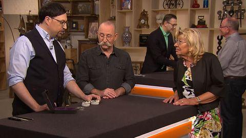 Colmar Schulte-Goltz, Horst Lichter und Besitzerin Schischek beugen sich im Bares für Rares Studio in Pulheim über das Gebiss