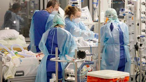 Ärztinnen, Ärzte und Pflegende arbeiten auf der Corona-Intensivstation der Charité am Bett einer jungen Patientin