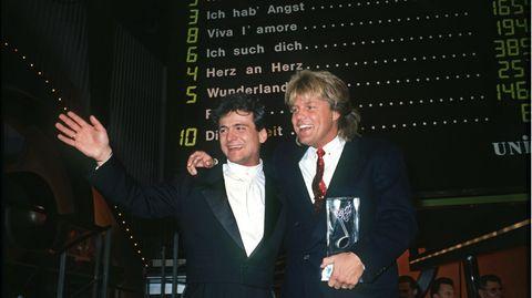 Nino de Angelo und Dieter Bohlen stehen im Deutschen Theater in München und winken in die Kamera