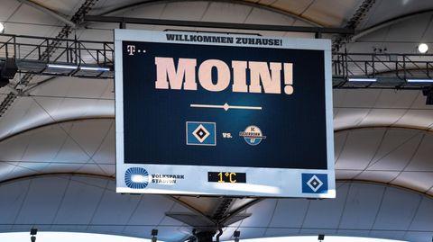 Anzeigetafel im HamburgerVolksparkstadion mit norddeutscher Begrüßung der Zuschauer