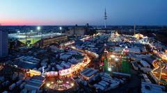 Das Stadion St. Pauli im Flutlicht: Auf dem Heiligengeistfeld vor dem Millerntor findet drei Mal im Jahr die berühmte Jahrmarkt, der Hamburger Dom statt.
