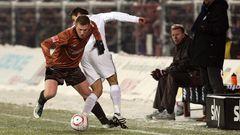 In der Saison 2010/2011 spielte der FC. St. Pauli zum letzten Mal erstklassig. Hier eine Szene aus der Bundesligapartie gegen den FSV Mainz 05:Der Hamburger Ruwen Hennings (l) im Zweikampf mit dem Mainzer Marco Caligiuri.
