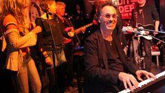 Der Entertainer Hugo Egon Balder (am Klavier) ist Mitinhaber im Zwick St. Pauli. Regelmäßig finden in dem Rock 'n' Roll-Lokal Live-Konzerte statt.