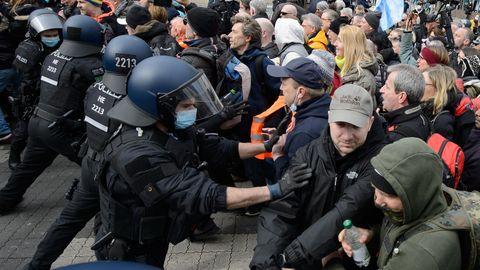 """Hessen, Kassel: Einsatzkräfte der Polizei sind bei einer Kundgebung unter dem Motto """"Freie Bürger Kassel - Grundrechte und Demokratie""""im Einsatz"""