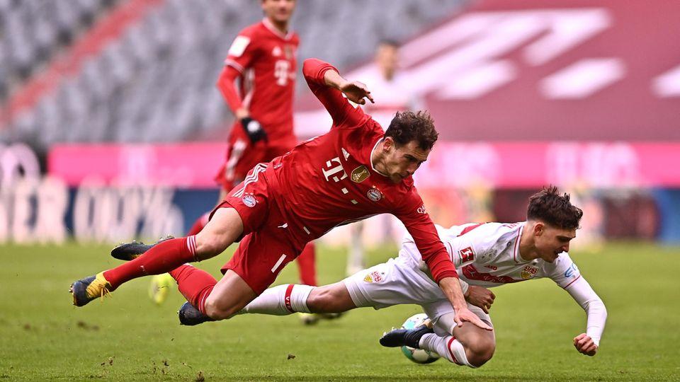Leon Goretzka von Bayern München(links) und und Mateo Klimowicz im Tiefflug