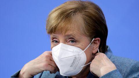 Angela Merkel mit Technisat-Maske