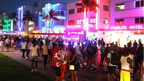 Blick auf den Ocean Drive in Miami Beach, wo sich tausende Menschen tummeln
