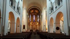 St. Marien-Dom im Inneren: Nachdem mit den französischen Truppen unter Napoleon katholische Soldaten nach Hamburg kamen, konnten auch wieder katholische Gottesdienste in der ansonsten protestantischen Stadt gefeiert werden.