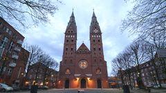 Das Portal der Kathedralkirche des Erzbistums Hamburg im Stadtteil St. Georg ragt seit etwas mehr als hundert Jahren in dieser Form in den Himmel. Der Sakralbau, der St. Marien-Dom, wurde Ende des 19. Jahrhunderts gebaut und geweiht.