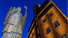 St. Ansgar veranlasste den Bau der ersten hölzernen Kirche als er zur Christianisierung der nordischen Völker an die Elbe kam. Im Stadtbild gibt es mehrere Statuen des Heiligen, wie hier am Haus der Patriotischen Gesellschaft an der Trostbrücke.