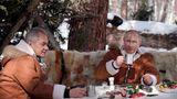 Taiga, Russland. Da hat sich Wladimir Putin ja gemütlich gemacht. Im schicken Partnerlook schlürft der Kreml-Chefwährend eines Kurzausflugs in den sibirischen Schnee Tee mit dem russischen Verteidigungsminister Sergej Schoigu. Und siehe da: Auf dem Tisch steht eine Wurstplatte – obwohl für Putin gerade Fastenzeitangesagt sein müsste.Mit demGroßen Fastenbereiten sich orthodoxe Christen inRusslandsieben Wochen lang auf das Fest der Auferstehung Christi vor. Putin gibt sich sonst sehr gerne orthodox und fromm.