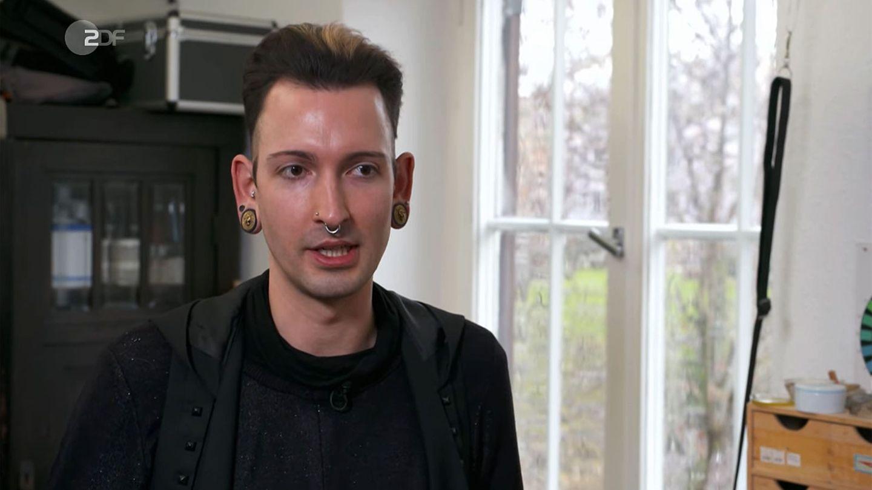 """""""Bares für Rares""""-Händler Fabian Kahl sitzt in seinem Arbeitsraum und schaut in die Kamera"""