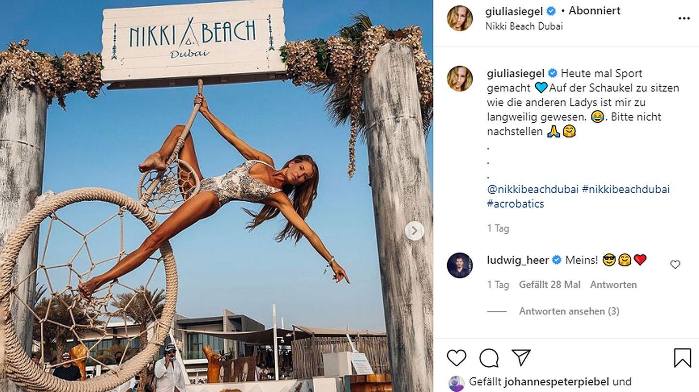Giulia Siegel lässt sich bei einer akrobatischen Übung an einer Schaukel fotografieren