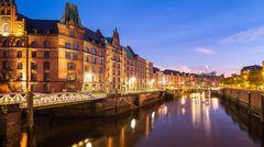 Zu Hamburg und dem Hafen gehört untrennbar auch die Speicherstadt. Die Lagerhauskomplexe entstanden, nachdem Hamburg sich 1881 dem deutschen Zollgebiet angeschlossen hatte, denn Waren durften dann nur noch auf dem Gelände des Freihafens zollfrei gelagert werden.