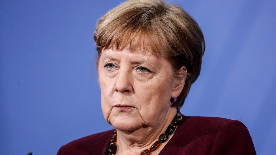 Angela Merkel blickt aufmerksam