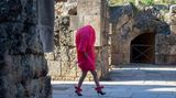 Sevilla, Spanien. Fragen Sie uns bitte nicht, wir haben auch keine Ahnung, wo der Kopf des Models steckt – und wer dieseextravagante, aber vielleicht doch ein wenig unpraktische Kreation des Designer Larhha tragen soll.Auf der Code'41 Andalusian Fashion Week im Amphitheater von Italica sorgte sie auf jeden Fall für Aufsehen.
