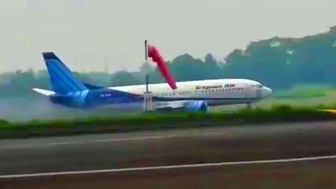 Bruchlandung auf dem Rasen: Boeing 737 verfehlt Landebahn Indonesien