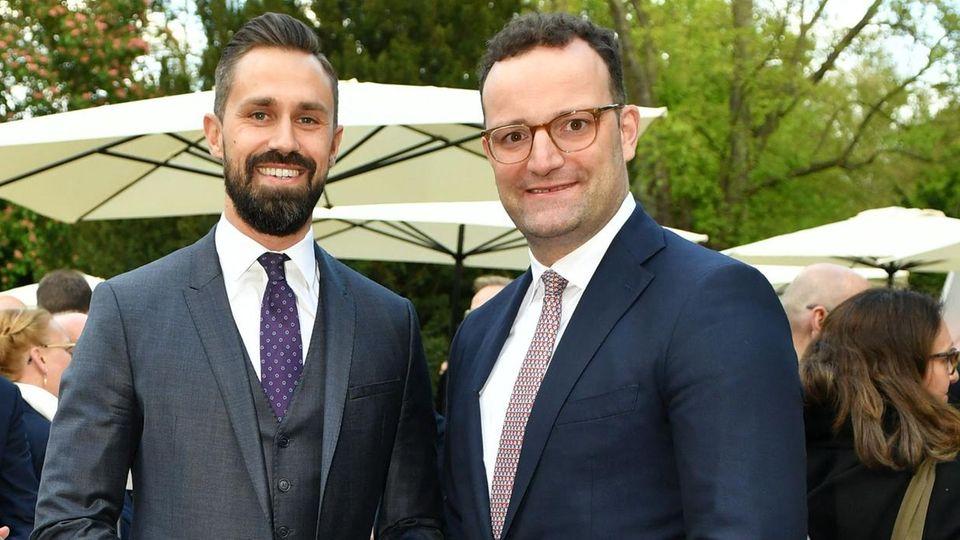 Bundesgesundheitsminister Jens Spahn (re.) mit seinem Ehemann Daniel Funke. Der Mitarbeiter von Burda hatte mit der Masken-Beschaffung für denBund in der Corona-Frühphase laut dem Unternehmen zu keiner Zeit etwas zu tun.