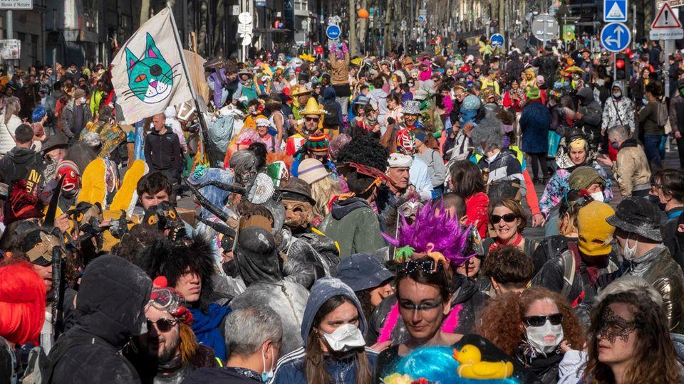 Tausende Menschen feierten im französischen Marseille eng gedrängt und ohne Masken Karneval