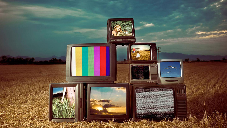 4K UHD Unterschied: Alte Röhrenfernseher sind übereinander gestapelt. Sie bieten weder 4K noch UHD.
