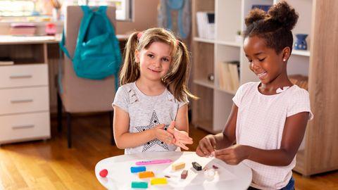 Kinder spielen gerne mit Knete