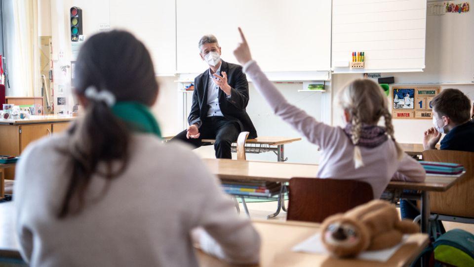 Grundschulklasse während des Unterrichts.