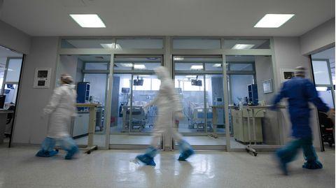 Ärzte laufen auf einem Krankenhausflur