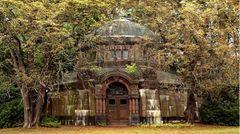 Eines der vielen Mausoleen auf demOhlsdorfer Friedhof. Dem Verfall preigegen ist das der Hamburger Kaufmannsfamilie Schröder aus dem Jahre 1906.