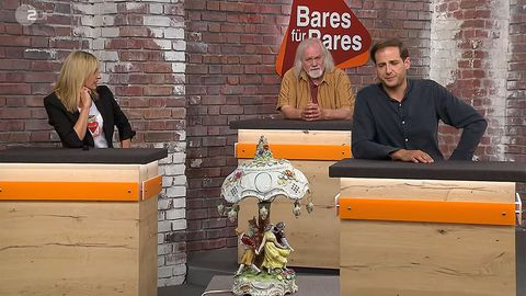 Die Händler Elisabeth Nüdling, Steffen Mandel und Julian Schmitz-Avila sitzen im Studio von Bares für Rares
