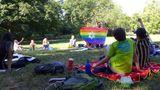 Platz 4: Momentaufnahme mit Regenbogenflagge im Park beim Picknick und dem Hinweis auf zwei Berliner Vereine. Der Designer, Künstler und Filmemacher Matthias Schellenberger arbeitet seit 2010 auch für Vincentino e.V. Der Verein engagiert sich mit kulturellen Bildungsprojekten für Chancengleichheit anBerliner Schulen. Keshet e.V. fördert die Rechte von und den Umgang mit LGBTQI*-Jüd*innen in Deutschland