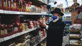 """Platz 4: """"Einkauf in der Nachbarschaft"""" hat Yahya Yahyayev sein Foto betitelt, das eine Alltagszene unter Corona-Bedingungen in einem koscheren Supermarkt wiedergibt."""