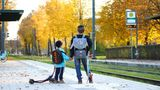 """Platz 2: """"Auf dem Weg zur Schule"""". Evgenia Lisowsk fotografierte zwei Kinder mit Kippa, die auf die Straßenbahn warten. Die Augsburgerin zeigt mit dieser AufnahmedieSelbstverständlichkeit jüdischer Identität im Alltag."""