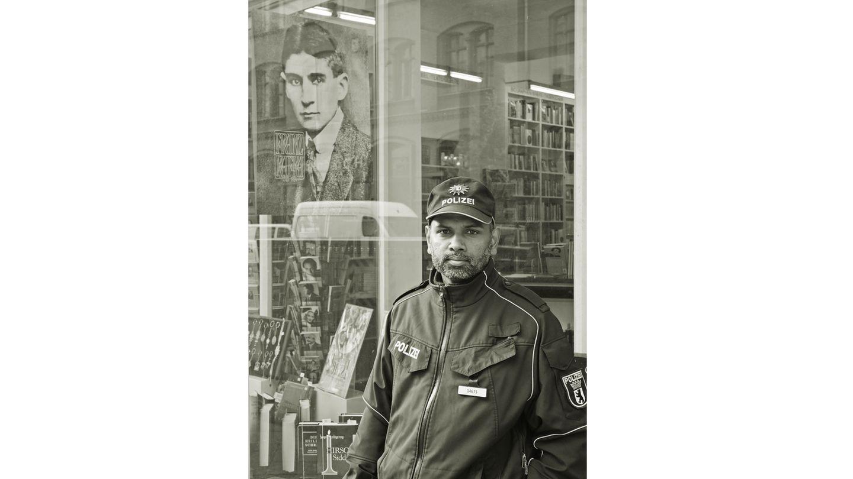 """Platz 1: """"Ein Schutzmann für Kafka"""", nenntDetlef Seydel seine Aufnahme, die eine Szene in Berlin vor derJüdischen Literaturhandlung in der Joachimsthaler Straße neben der Synagoge zeigt."""