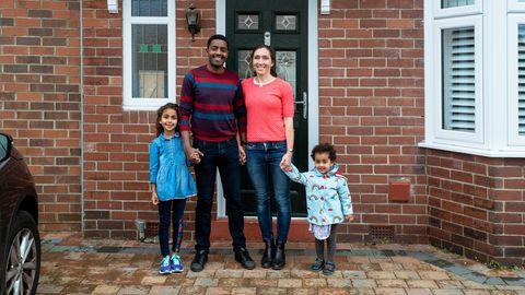 Familie vor Haustür