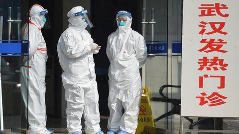 Gut gerüstet: In Schutzanzügen wartet medizinisches Personal auf Corona-Patienten aus Wuhan. Woher das Virus wirklich stammt, ist auch mehr als ein Jahr nach dem ersten Fall nicht eindeutig geklärt.
