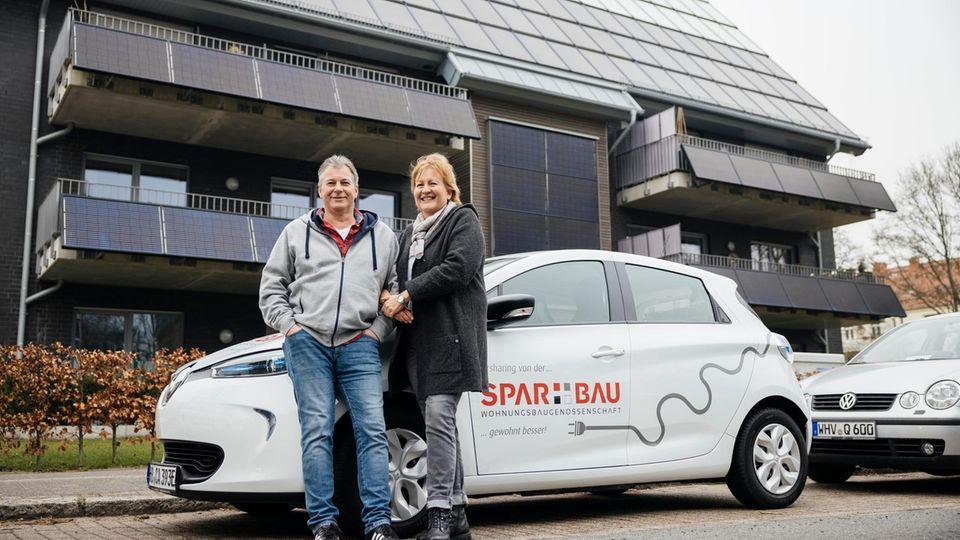 Andreas und Petra Frerichs haben Haus und Auto verkauft, zahlen für die neue Wohnung eine Flatrate-Miete und nutzen Carsharing